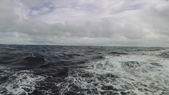vídeos y material grabado en eventos de stock de desde la ventana ojo de buey de un barco en el mar - tosco