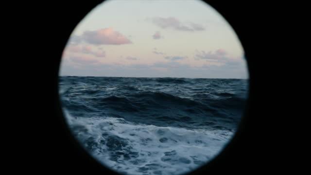 vidéos et rushes de de la fenêtre de hublot d'un navire en mer agitée - hublot