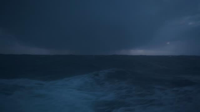 aus dem bullaugefenster eines schiffes in rauer see - passagier wasserfahrzeug stock-videos und b-roll-filmmaterial