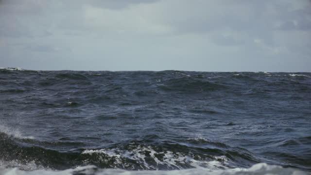 vidéos et rushes de de la fenêtre bâbord d'un navire en mer agitée - hublot