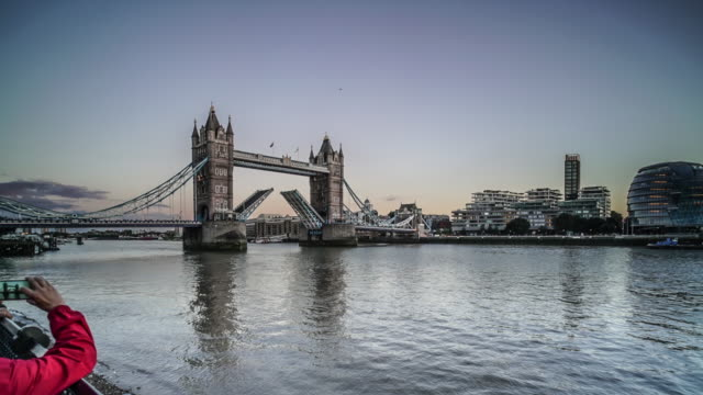From The Shard to Tower bridge opening a 90 degree time lapse turn.
