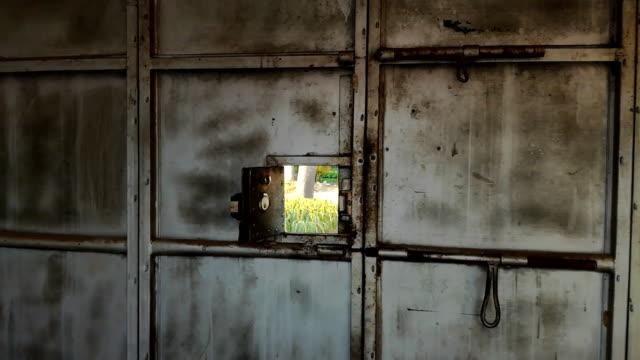 aus dem fenster schießen tor außerhalb der szene - gefängnisausbruch stock-videos und b-roll-filmmaterial