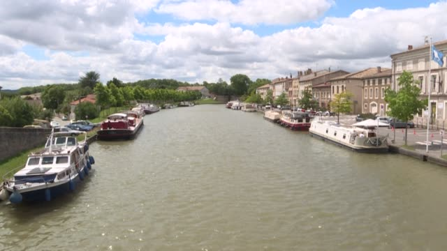 from toulouse to the mediterranean sea, the canal du midi winds its way through southern france - canal du midi stock videos & royalty-free footage