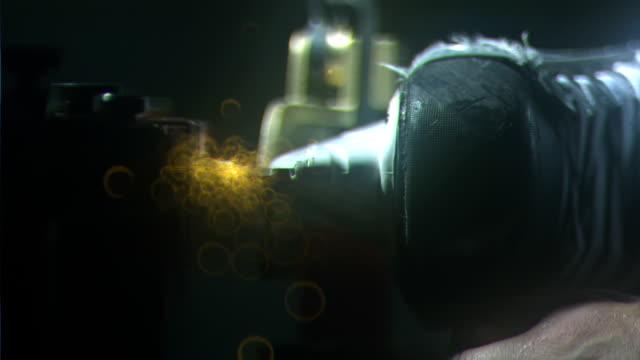 vídeos de stock, filmes e b-roll de front blade of ice hockey skate sparking & rotating against grinding stone of sharpening machine, soft orange sparks flying toward camera, dark bg.... - afiado