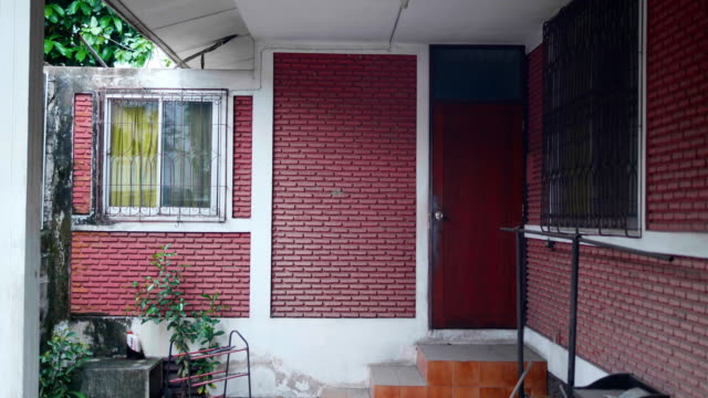 vídeos de stock, filmes e b-roll de porta da frente, tailândia - tijolo material de construção