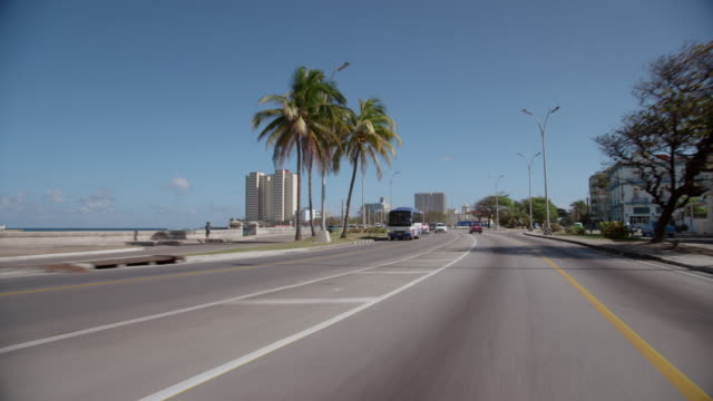 vídeos de stock, filmes e b-roll de front pov, driving down road in cuba - ponto de vista de carro