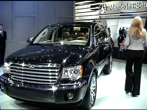 stockvideo's en b-roll-footage met ws front end of chrysler aspen on turntable as narrator speaks tilt up to chrysler all new aspen sign on wall / ws rear end of truck revolving on... - chrysler
