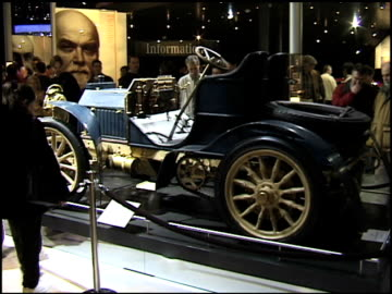 front end of mercedes simplex; rear three-quarter passenger side view / overhead view looking down on top of car / info sign 1902 mercedes simplex... - mercedes benz markenname stock-videos und b-roll-filmmaterial