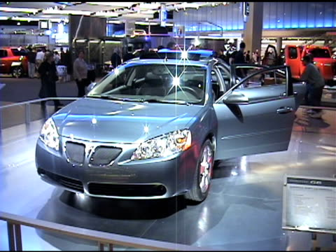 front end of pontiac g6 revolving on turntable 2005 pontiac g6 at cobo hall on january 14, 2004 in detroit, michigan - in front of点の映像素材/bロール