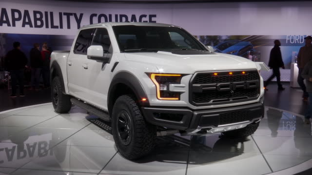 ws front end of raptor / ws ford exhibit pan right ws front end of raptor / ws la front end / zo ws front quarter passenger side view / ws front... - ford marca di veicoli video stock e b–roll