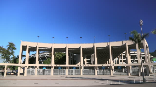 vídeos de stock, filmes e b-roll de front entrance of maracana stadium on a sunny day - vista frontal