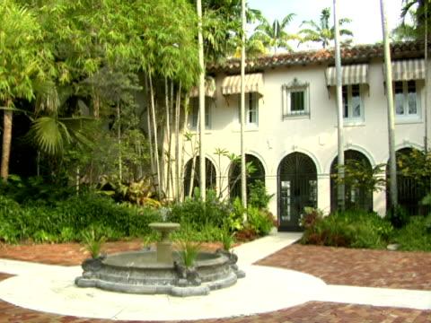 ms,  pan,  front facade of mansion,  miami,  florida,  usa - fächerpalme stock-videos und b-roll-filmmaterial