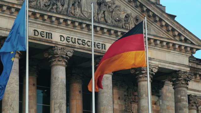 vídeos de stock e filmes b-roll de front facade of reichstag building, berlin - frontão triangular