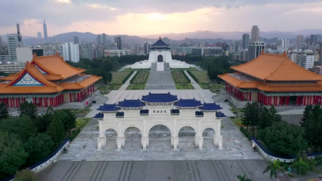 front gate of chiang kai shek memorial hall in taipei city, taiwan. - chiang kai shek stock-videos und b-roll-filmmaterial