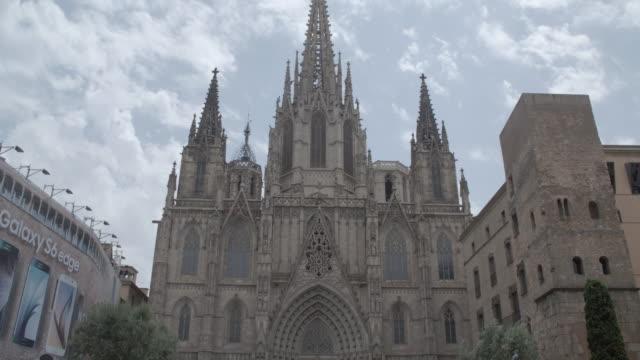 front of catedral de la santa cruz y santa eulalia / barcelona - ゴシック地区点の映像素材/bロール