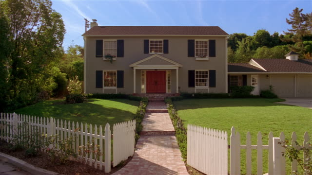 vídeos de stock, filmes e b-roll de front of suburban house with white picket fence / santa barbara, california - cerca