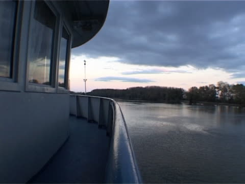 stockvideo's en b-roll-footage met front of the boat - donau