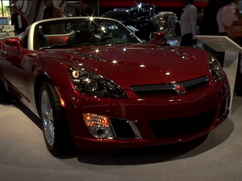 front passenger side three-quarter view / rear end of car---footage is 4:3 anamorphic. it will play back at 853x480.--- 2009 saturn sky red line... - dreiviertelansicht stock-videos und b-roll-filmmaterial