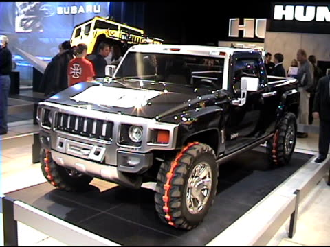 vidéos et rushes de ws front quarter driver side view of hummer h3t concept truck / cu of acgta tire codesigned with nike zi to cu h3t emblem on door / ws rear end of... - general motors