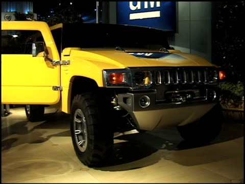 front quarter passenger side view of hummer h2 / front end / dolly from driver side front end to rear of hummer 2000 hummer h2 concept suv montage at... - sports utility vehicle stock videos & royalty-free footage