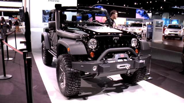 vidéos et rushes de front quarter passenger side view of jeep wrangler / call of duty black ops fender logo / passenger side profile of two-door wrangler / rear... - cadrage aux genoux