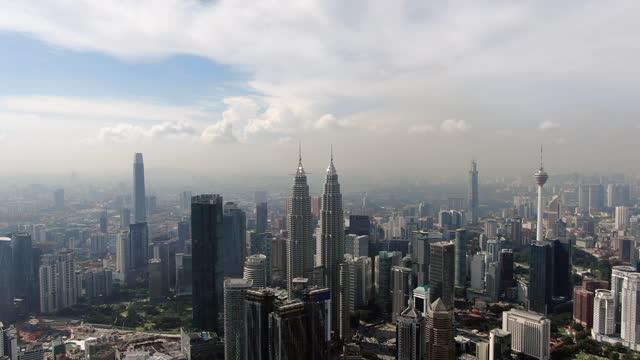 front shot of klcc aerial video - メナラクアラルンプールタワー点の映像素材/bロール