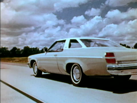 vidéos et rushes de front three-quarter driver side view of olds delta 88 driving on highway / rear three-quarter driver side view; camera passes car to finish on front... - cadrage aux genoux