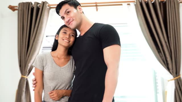frontansicht: asiatische Frau stolz auf seinen Mann sein, die das neue Haus kaufen können
