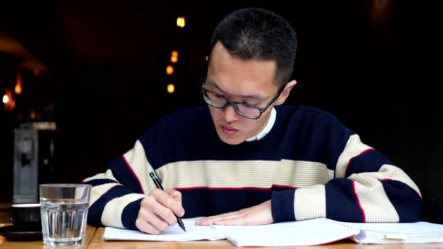 彼の会議のスケジュールを整理する若い金融アドバイザーの正面図 - 30代点の映像素材/bロール