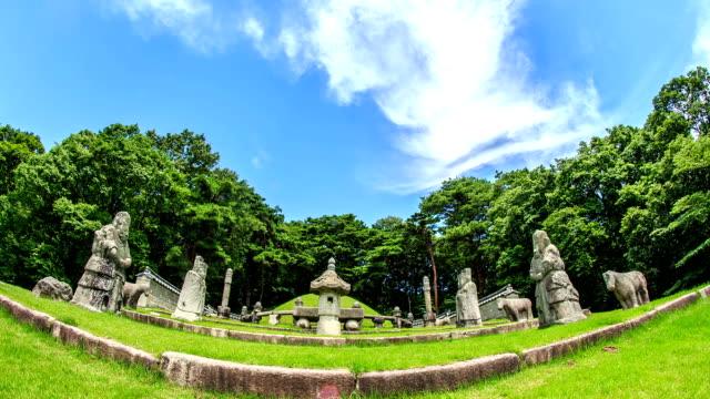 vídeos de stock e filmes b-roll de front view of empress jeonghee's grave in gwangneung of joseon royal tombs (korea historic place 197, unesco world heritage sites) - figura masculina