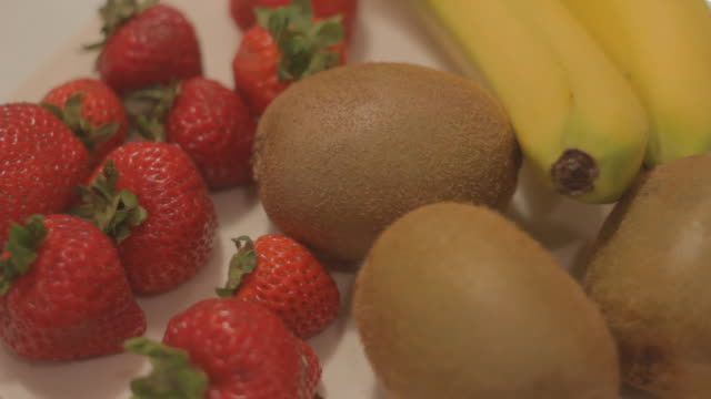 vídeos de stock e filmes b-roll de front view of fruit on a platter - natureza morta
