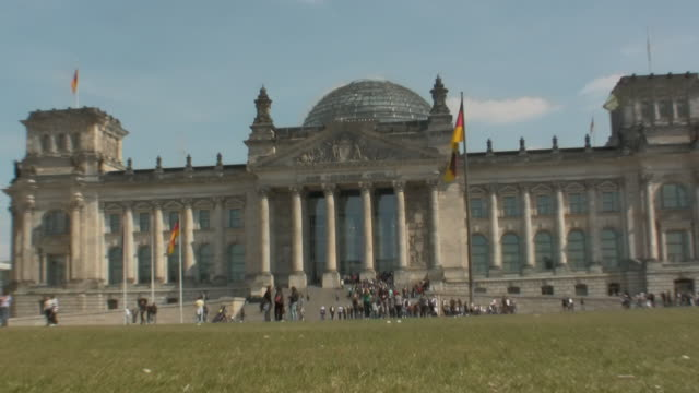 vídeos de stock e filmes b-roll de ws zo front view of reichstag building reading  'dem deutschen volke' 'to the german people' / berlin, germany - frontão triangular