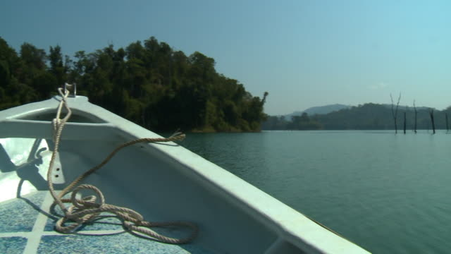 front view of sail boat, temenggor lake, malaysia - motorboot stock-videos und b-roll-filmmaterial