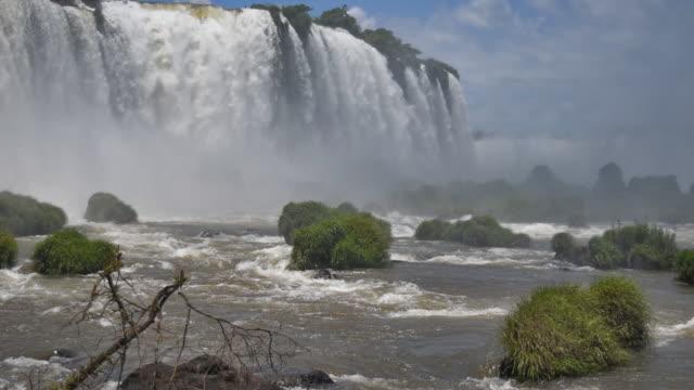 vídeos y material grabado en eventos de stock de vista frontal de las cataratas de iguazú en brasil - brasil