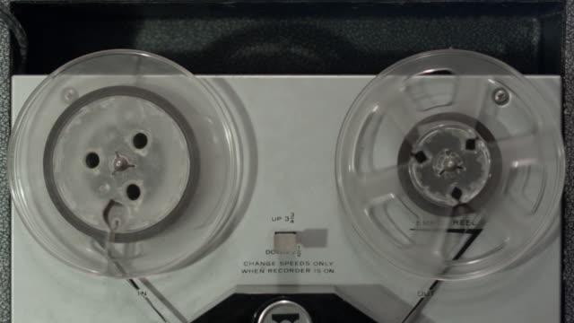 vídeos y material grabado en eventos de stock de front view of vintage reel to reel tape machine - tiempo real grabación