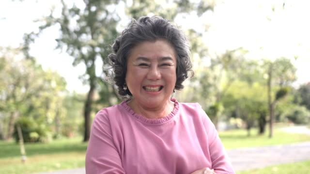 vidéos et rushes de vue de face: senior femme asiatique est en riant - east asian ethnicity