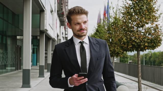 vídeos y material grabado en eventos de stock de video de vista frontal de un hombre de negocios de fin de adulto sin trabajo - liubliana