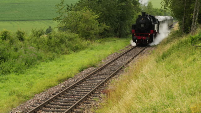 frontale antenne von einem alten dampfzug kommend in richtung der kamera - locomotive stock-videos und b-roll-filmmaterial