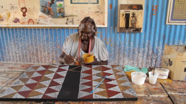 ms frontal of woman painting abstract tiwi art / northern territory, australia - kunst, kultur und unterhaltung stock-videos und b-roll-filmmaterial