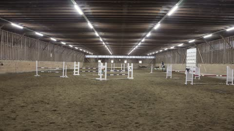 馬跳躍在室內空間與騎手通過的正面視圖 - sports training 個影片檔及 b 捲影像