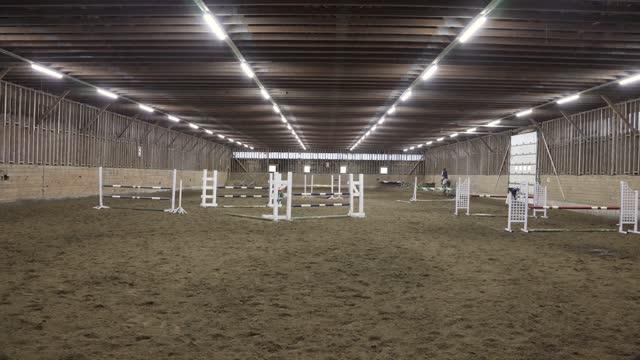 vídeos y material grabado en eventos de stock de vista frontal de un caballo saltando en el espacio interior con un jinete pasando a través - sports training