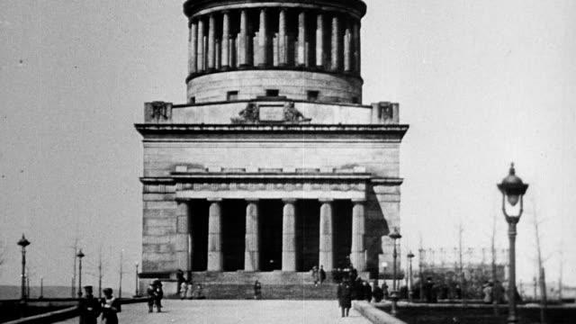 frontal view of grant's tomb people walking around exterior grant's tomb in new york city - 1916年点の映像素材/bロール