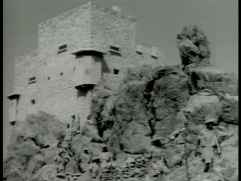 stockvideo's en b-roll-footage met frontier blockhouse above rocks w/ soldiers walking down fg long troop line on plains road soldiers driving horse wagons w/ supplies some walking... - 1942
