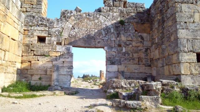 Frontinus poort in oude ruïnes in Hierapolis, Pamukkale