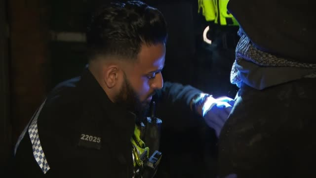 vidéos et rushes de frontline account of rising violent crime faced by police officers in birmingham england west midlands birmingham shot from roof of police car with... - angleterre