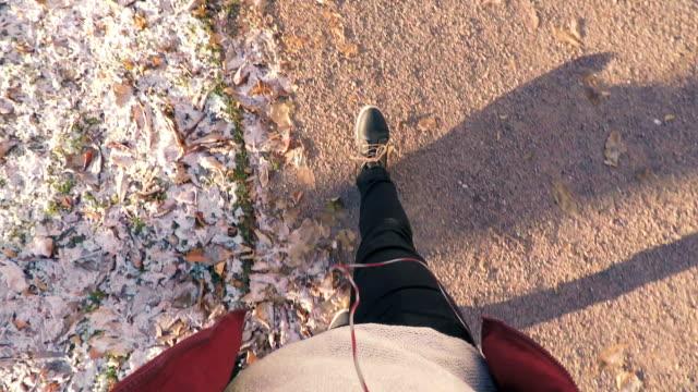 Frosty herfstdag, man lopen.