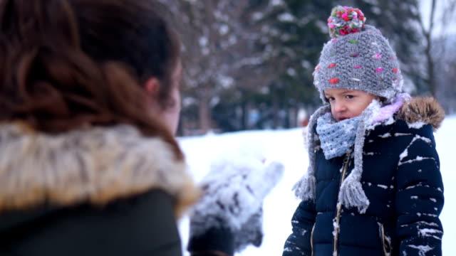 vídeos de stock, filmes e b-roll de filha franziu a testa com a mãe no parque - artigo de vestuário para cabeça