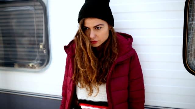 stockvideo's en b-roll-footage met bevroren lady - zichtbare adem