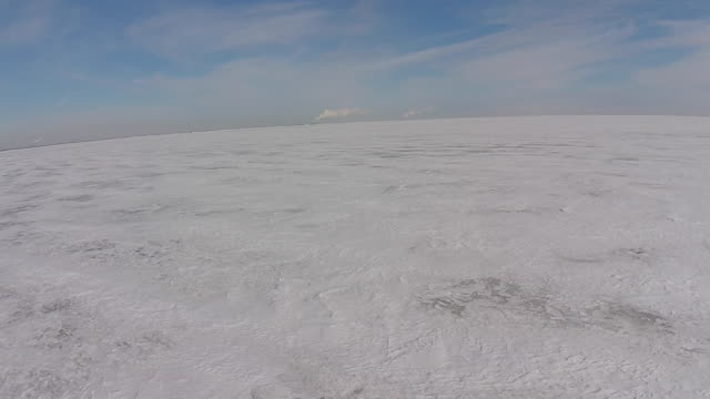stockvideo's en b-roll-footage met frozen lake erie camera moving backwards over ice - eriemeer