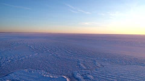 vidéos et rushes de frozen nantucket sound at hardings beach - ligne d'horizon au dessus de la terre